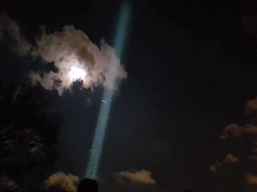 Beamshot der Olight M3XS-UT Javelot in den Nachthimmel