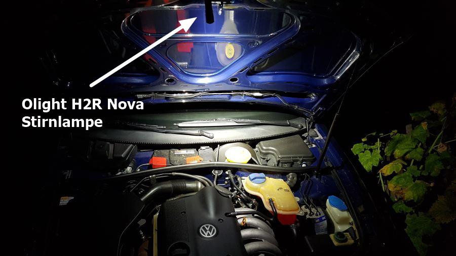 Die Olight H2R Nova Stirnlampe an der Motorhaube mit 150 Lumen