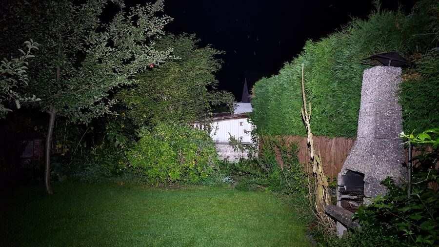 Die Olight H2R Nova Stirnlampe leuchtet mit 2300 Lumen den Garten aus
