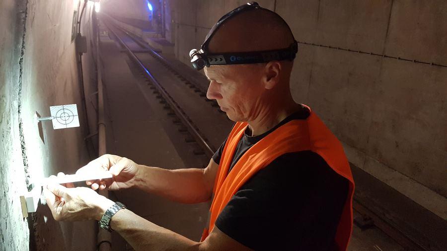 Die Olight H2R Nova Stirnlampe bei Vermessungsarbeiten im Tunnel mit 30 Lumen