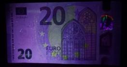 Ein 20 Euro Schein unter UV-Licht einer UV-Taschenlampe
