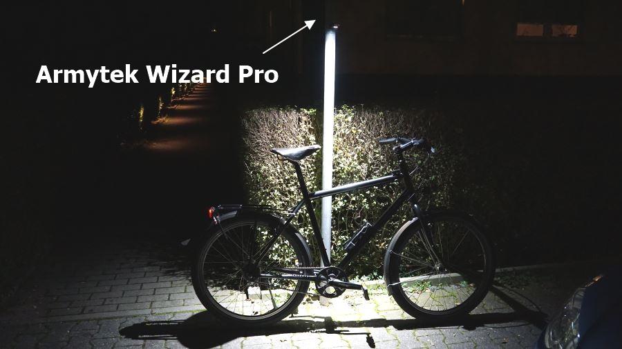 Die magnetische LED Taschenlampe Armytek Wizard Pro beleuchtet ein Fahrrad