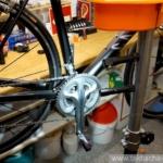 Magnetische LED Taschenlampe bei der Fahrradreparatur