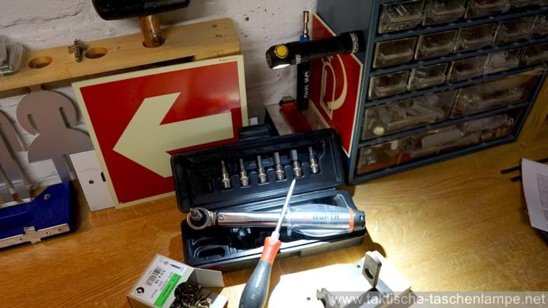 Magnetische LED Taschenlampe in der Werkstatt