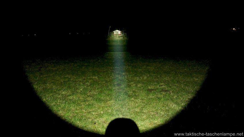Thrower LED Taschenlampe Olight M3XS-UT Javelot leuchtet in die Weite.