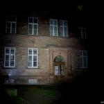 Olight S1A Baton Beamshot Gebäude