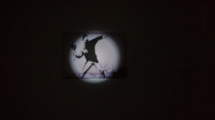 Varta Kindertaschenlampe leuchtet Bild in einer Entfernung von 2,20 Meter an.