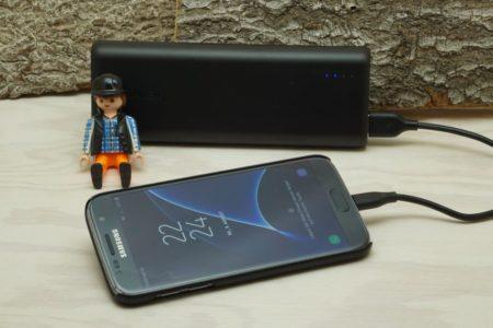 Powerbank Anker PowerCore 20100mAh lädt Samsung Galaxy S7 Smartphone