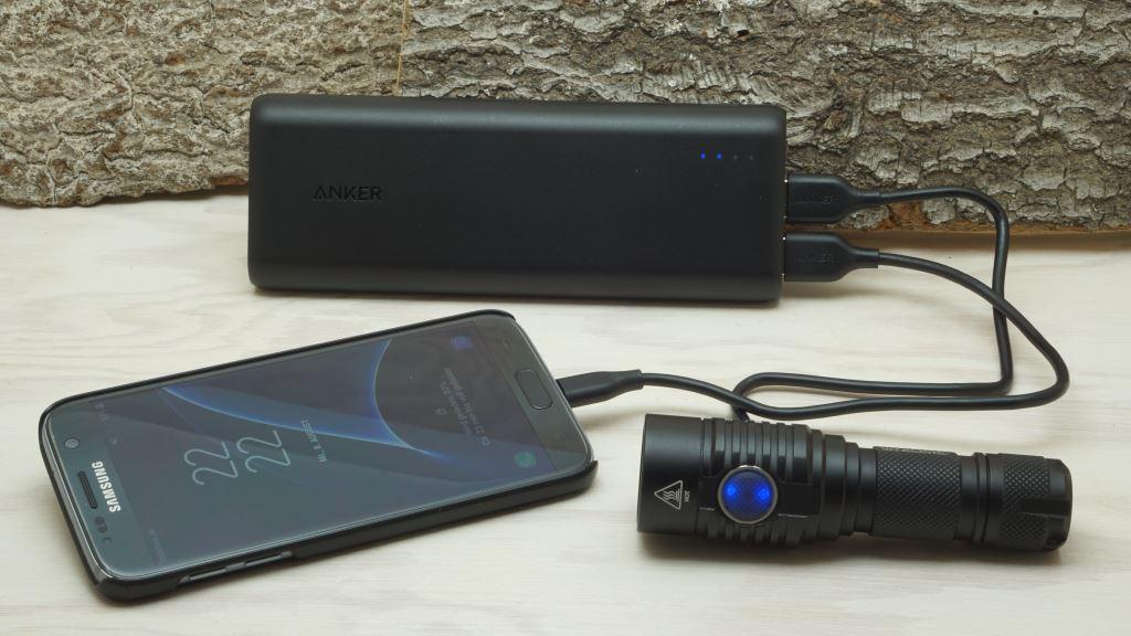 Powerbank Anker PowerCore 20100mAh mit zwei Ausgängen lädt Smartphone und LED Taschenlampe gleichzeitig