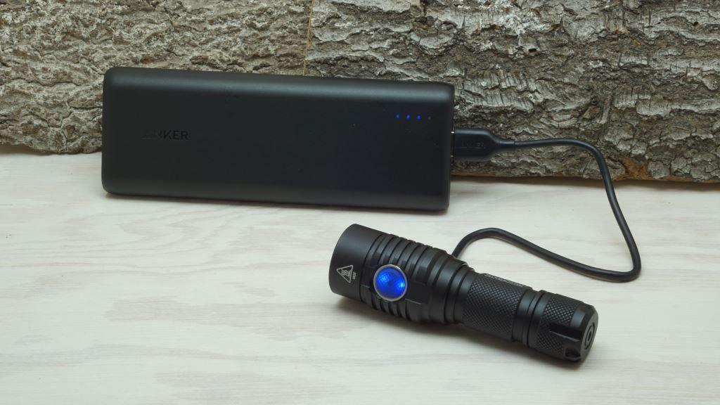 Powerbank Anker PowerCore 20100mAh lädt NiteCore MH23 LED Taschenlampe