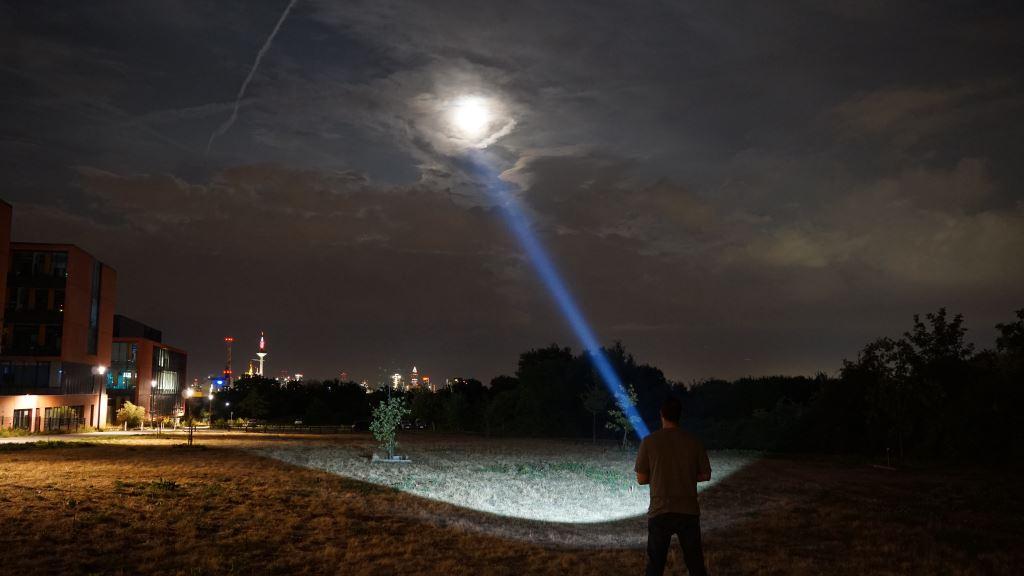Wir leuchten mit dem Astrolux MF04 Thrower Richtung Mond