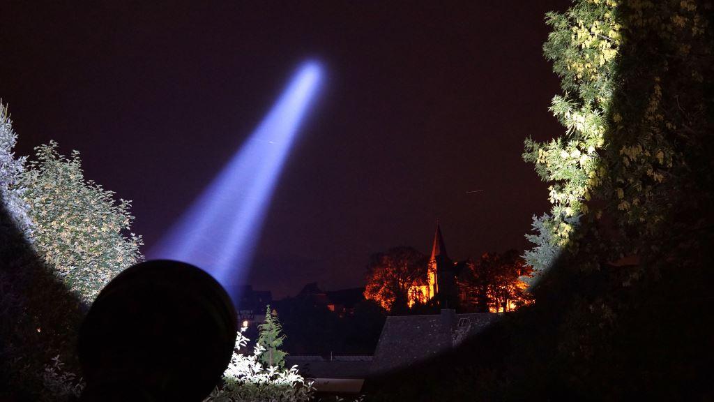 Der Astrolux MF04 Thrower leuchtet in den Nachthimmel