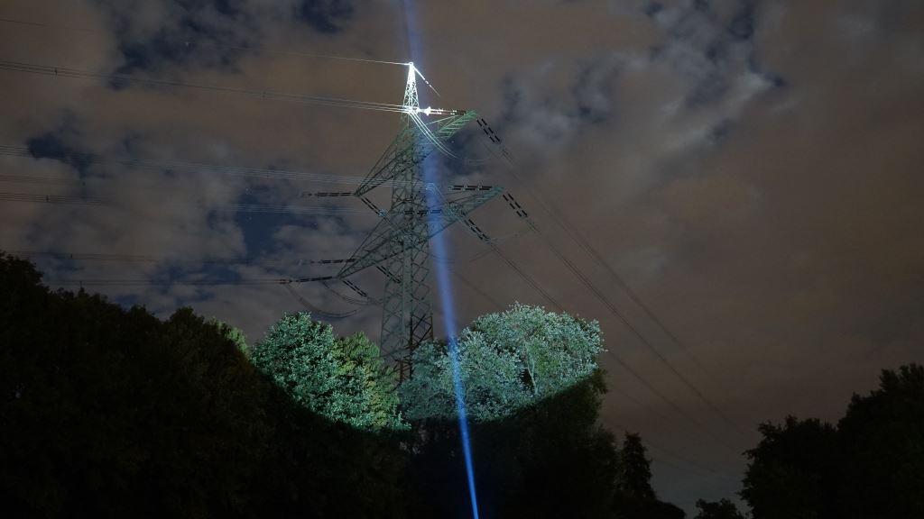 Der Astrolux MF04 Thrower leuchtet einen Strommast an
