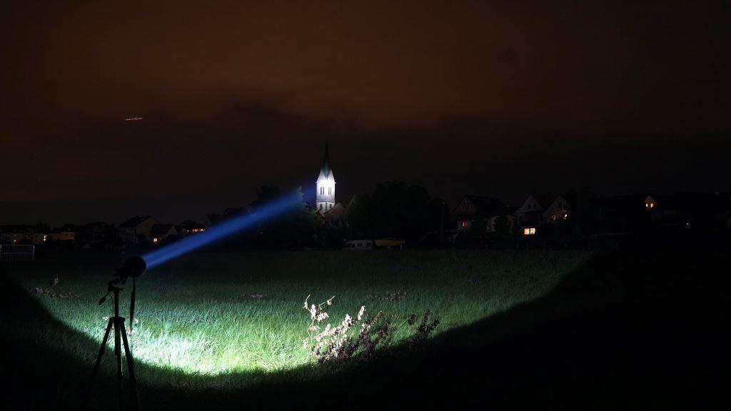 Der Astrolux MF04 Thrower leuchtet einen Kirchturm an