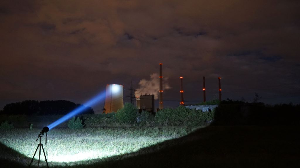 Der Astrolux MF04 Thrower leuchtet ein Kraftwerk an