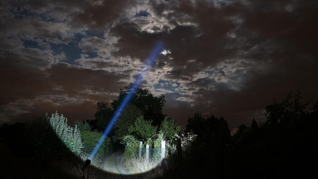 Der Astrolux MF04 Thrower leuchtet in den wolkenverhangenen Nachthimmel