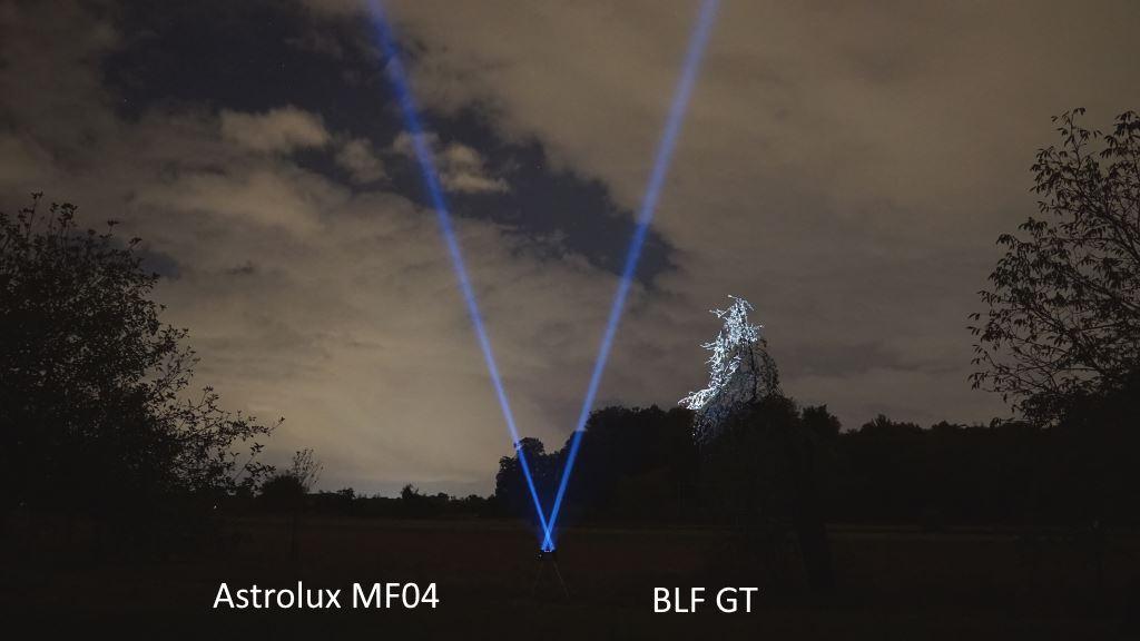 BLF GT und Astrolux MF04 strahlen überkreuzt in den Nachthimmel