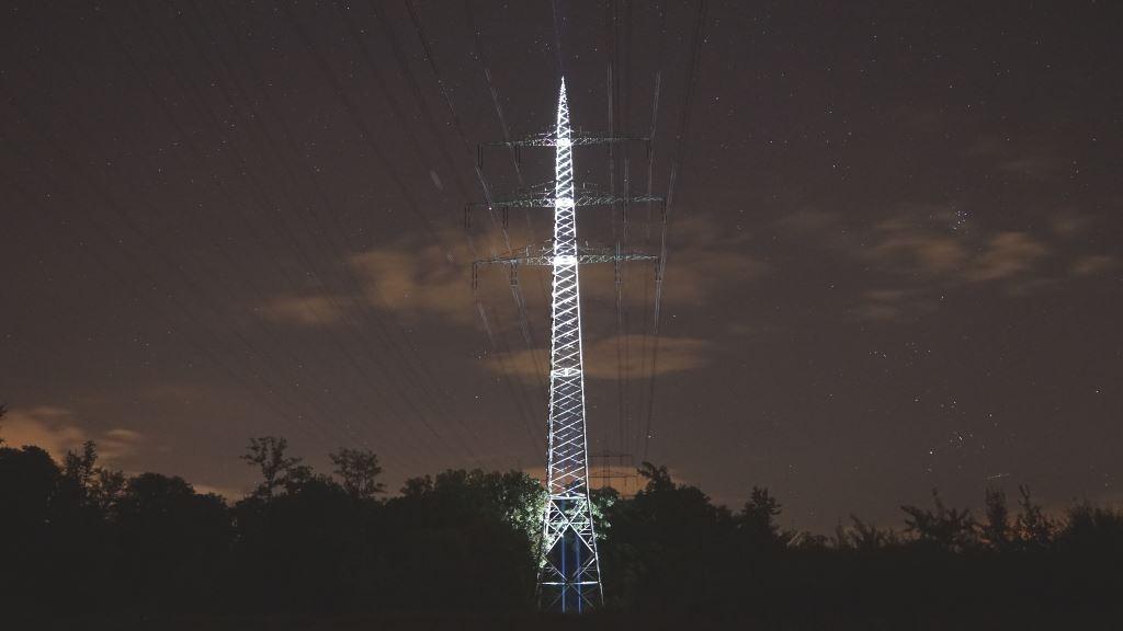 BLF GT und Astrolux MF04 strahlen Strommast von unten an