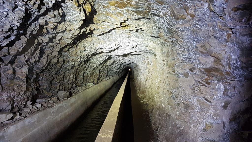 Lost Places Tunnel mit einer LED Taschenlampe ausgeleuchtet