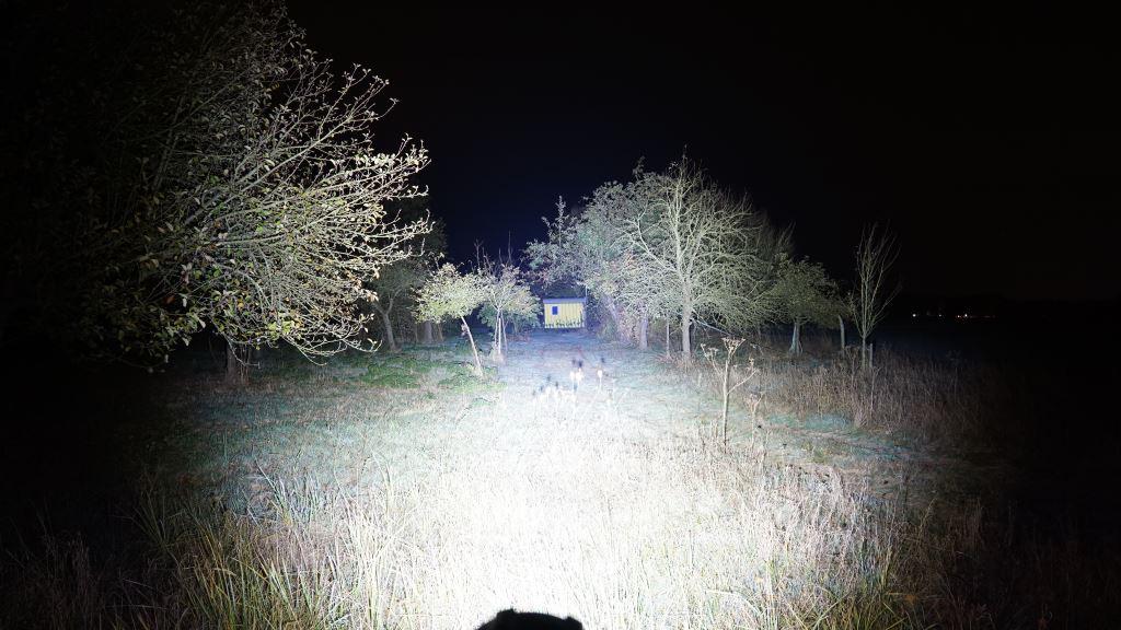 Nextorch Saint Torch 30 leuchtet einen Bauwagen aus der Ferne an