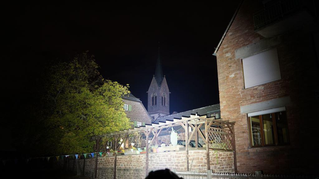 Nextorch Saint Torch 30 leuchtet einen Kirchturm an