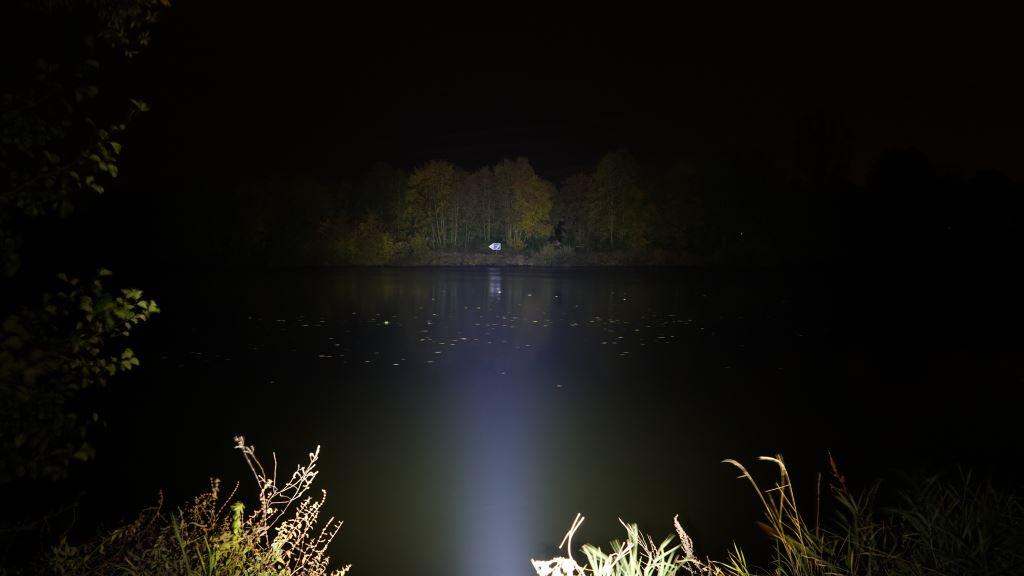 Nextorch Saint Torch 30 leuchtet über einen Fluss (Main)