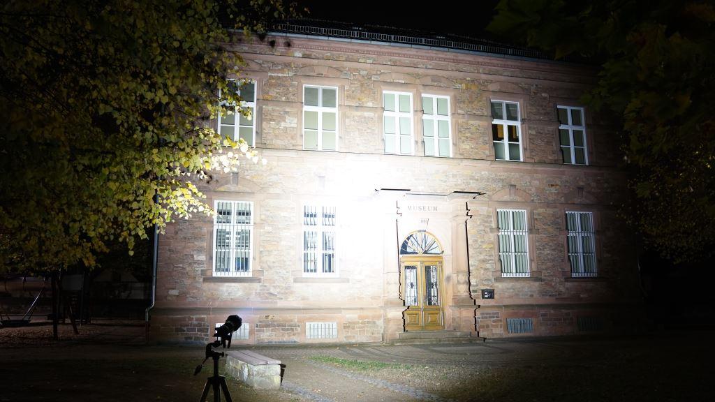 Nextorch Saint Torch 30 leuchtet ein Gebäude an