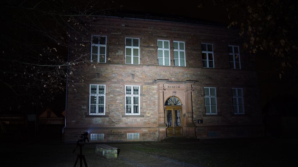 Olight S2R Baton II leuchtet ein Museum an