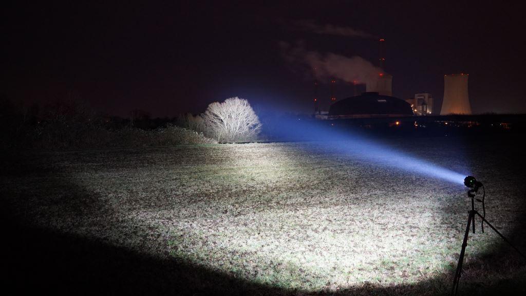 Imalent R90C leuchtet über eine Wiese