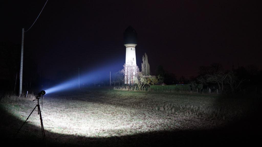 Imalent R90C leuchtet einen Wasserturm in der Ferne an