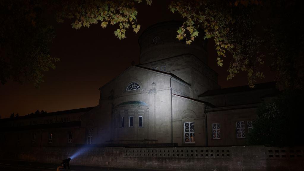 Die Rofis MR30 leuchtet auf ein altes Gebäude