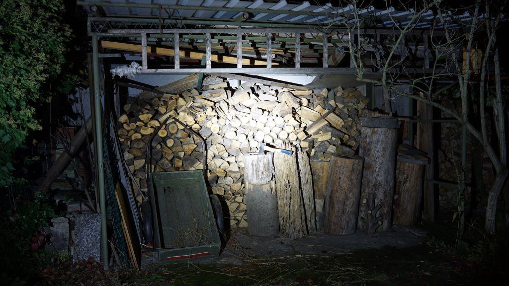 Die Rofis MR30 leuchtet in einen Holzschuppen