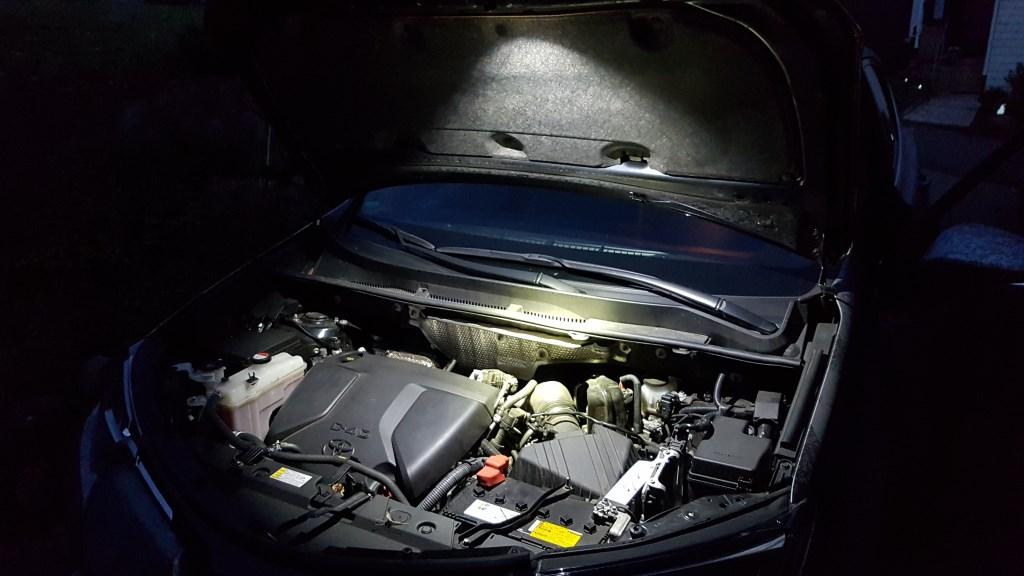 Auto Taschenlampe (Rofis R2) leuchtet in den Motorraum
