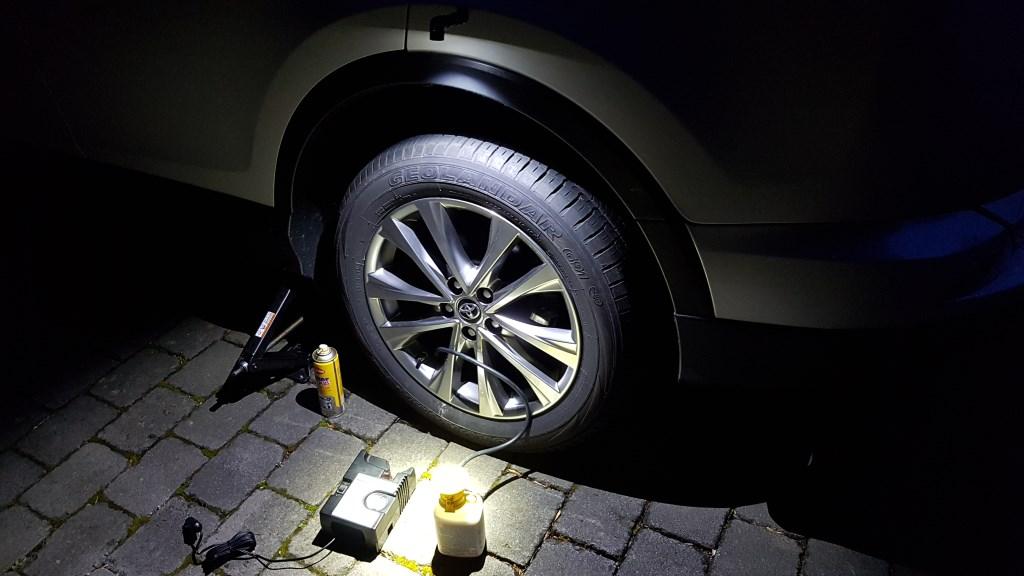 Auto Taschenlampe (Rofis R2) beleuchtet einen Reifen