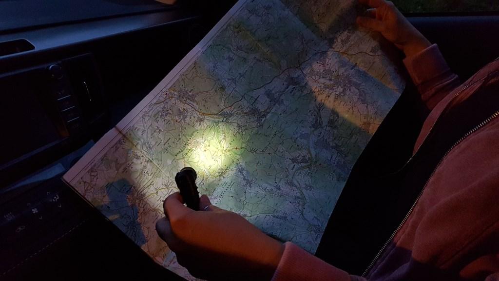 Auto Taschenlampe beleuchtet im Firefly Modus eine Straßenkarte
