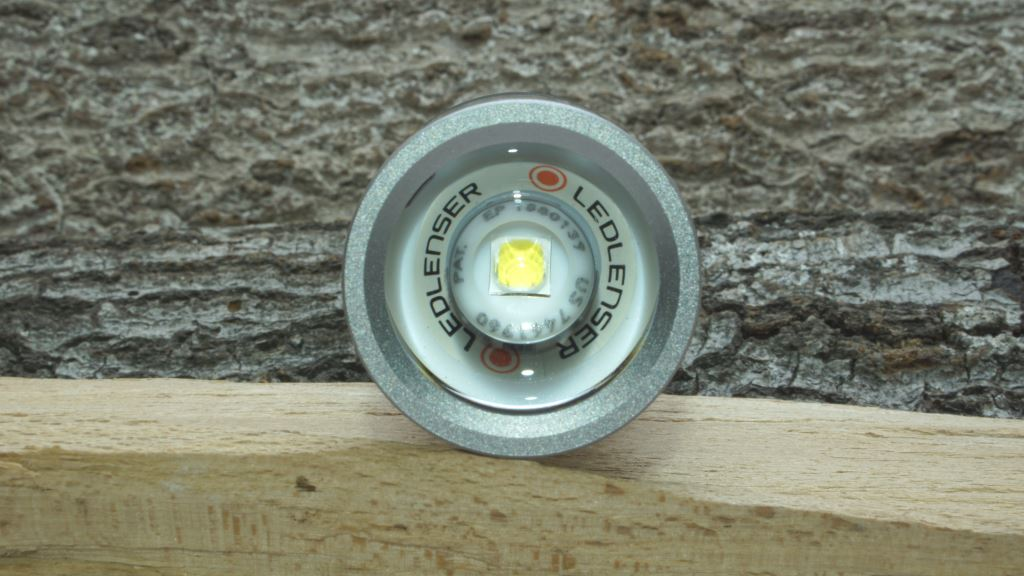 Blick in den Reflektor der Ledlenser MT14