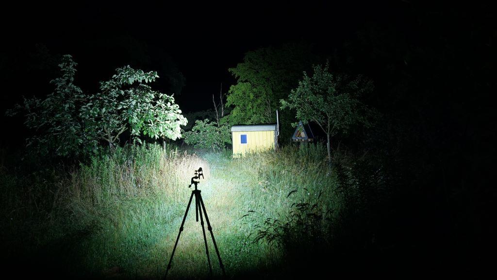Die Olight Seeker 2 Pro leuchtet auf einen Bauwagen