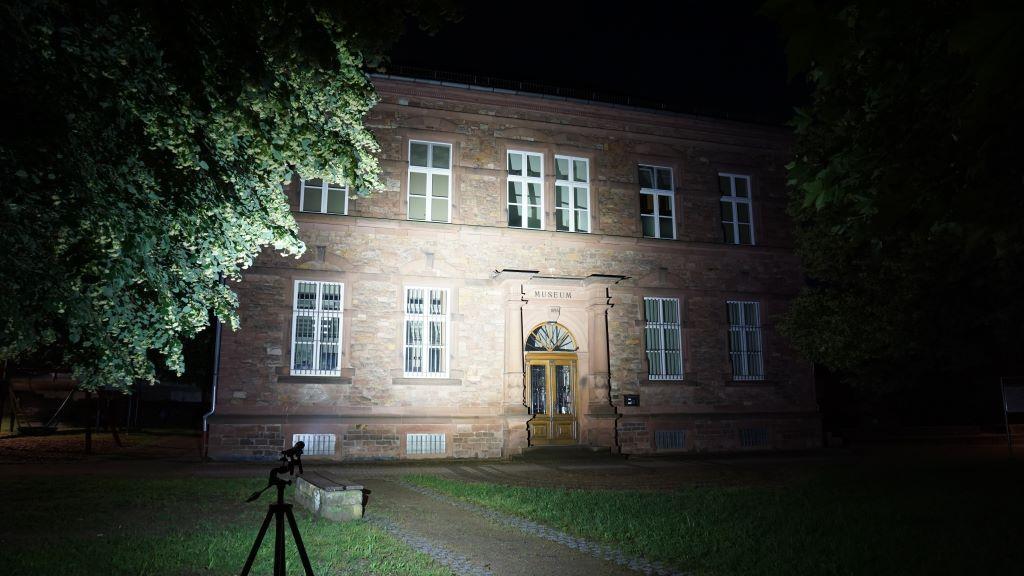 Die Olight Seeker 2 Pro leuchtet auf ein Gebäude