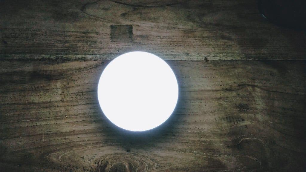 Aukey Nachttischlampe leuchtet weiß