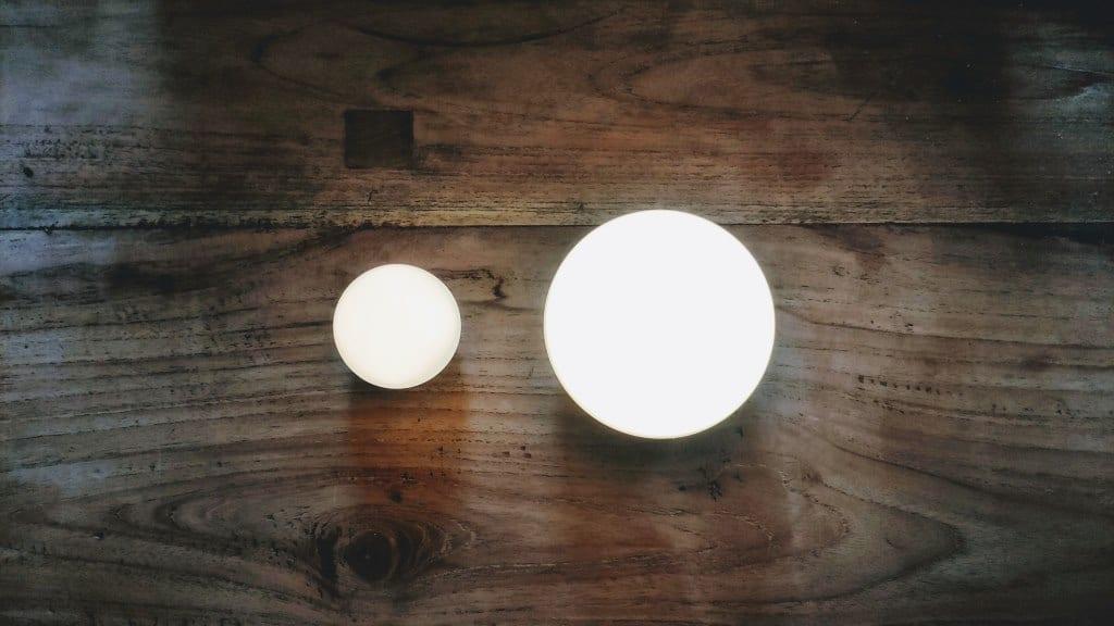 OLIGHT Obulb und AUKEY Nachttischlampe im Vergleich